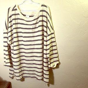 ⭐️White 3/4 sleeve shirt and navy blue stripes!⭐️